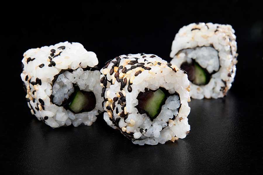 Uramaki de atún y aguacate