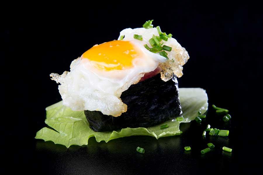Maki-sushi de tartar de atún con huevo de codorniz
